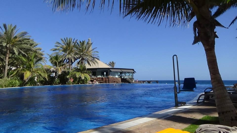 7 Places to Visit in Gran Canaria, palm trees, swimming-pool