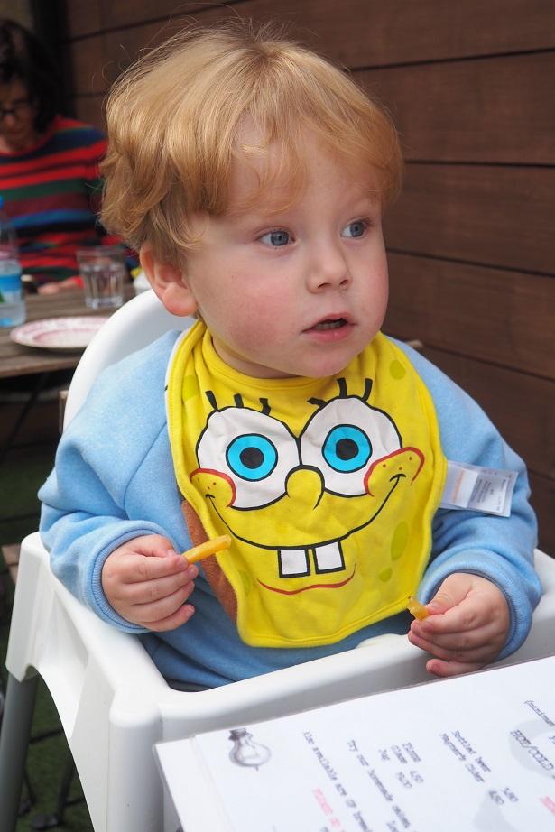 Living Arrows 42/52 - Baba mange des frites! toddler eating fries, at a cafe