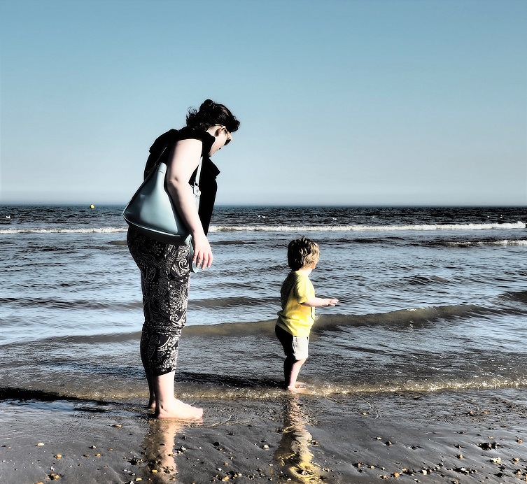 Living Arrows 17/53, mum & toddler, seaside, Dymchurch, waves, the Frenchie Mummy