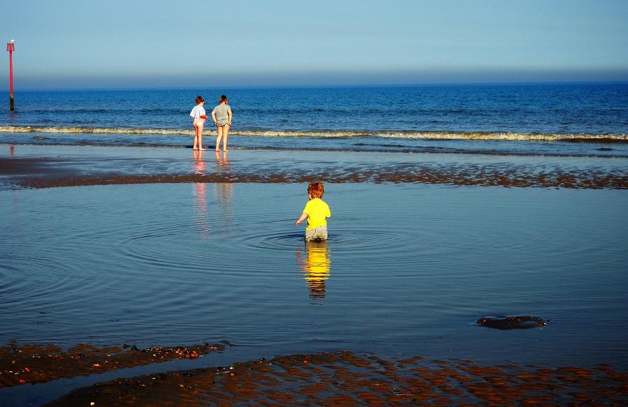 Living Arrows 17/53, mum & toddler, seaside, Dymchurch, waves, the Frenchie Mummy